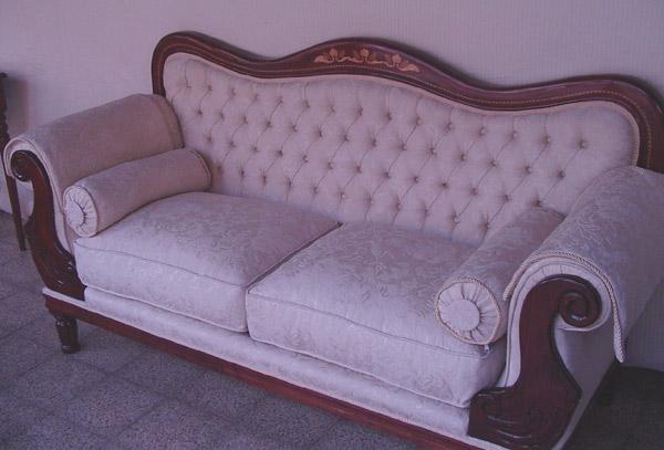 Muebles finos madera repizas for Sofas estilo clasico